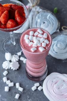 Himbeersmoothie mit farbigen marshmallows und beeren. sommer erfrischender beeren-smoothie. smoothie mit marshmallows und karamellbonbons.