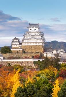 Himeji-schloss mit herbstsaison