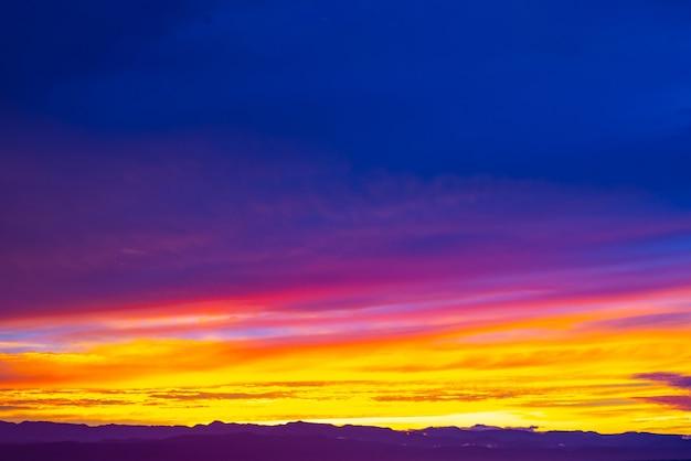 Himmel bei sonnenaufgang aus der luft über himmel mit wolken, himmelshintergrund