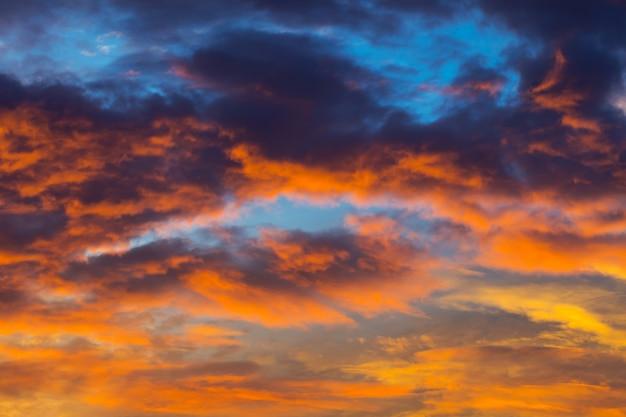 Himmel färbt sonnenuntergang