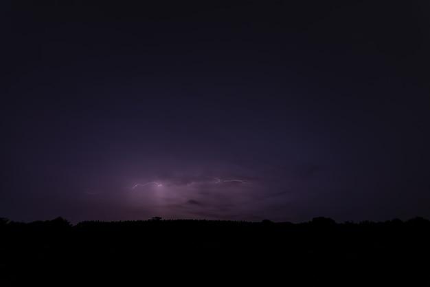 Himmel hintergrund und blitz in der nacht