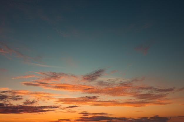 Himmel im morgengrauen mit erstaunlichen farben