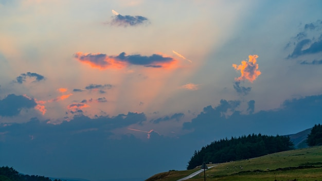 Himmel in der abenddämmerung im yorkshire dales national park in der nähe von malham
