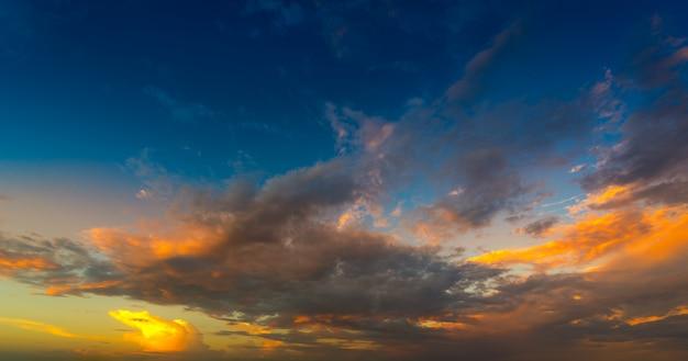 Himmel in der sonnenuntergangzeit