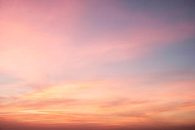 Himmel in rosa, blauen und violetten farben