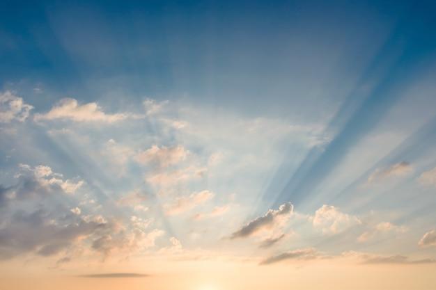 Himmel mit sonnenstrahlen durch die wolken