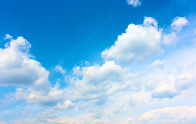 Himmel mit weißen haufenwolken, kann als hintergrund verwendet werden. wolkenlandschaft