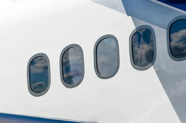 Himmel mit weißen wolken aus den fenstern eines flugzeugs betrachtet.