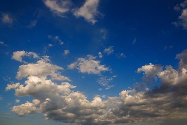 Himmel mit wolken nach sonnenuntergang.