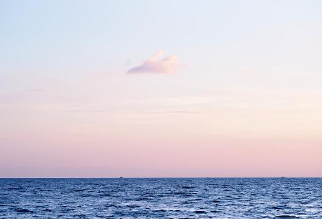 Himmel mit wolken sonnenuntergang über meer