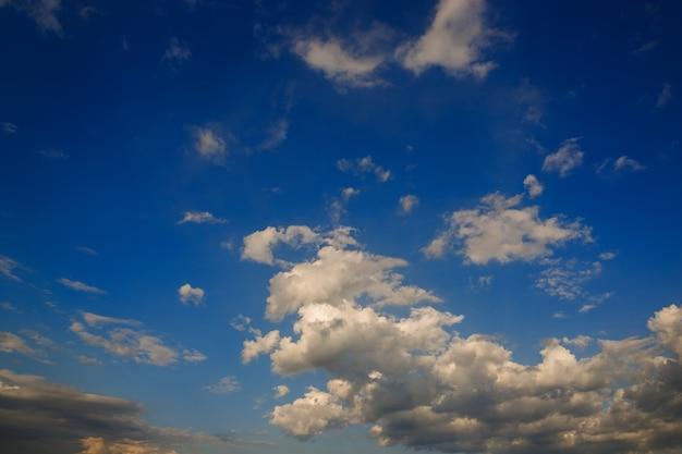 Himmel mit wolken vor der morgendämmerung.