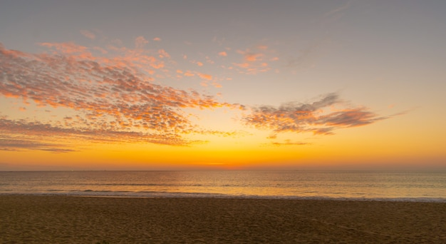 Himmel sonnenuntergang am strand meer sonnenuntergang hintergrund über meer