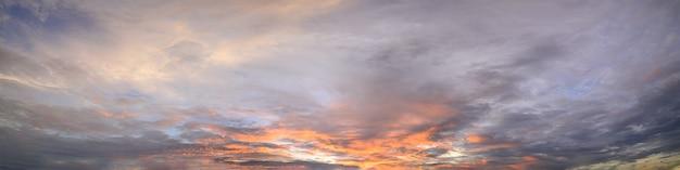 Himmel und wolken am abend