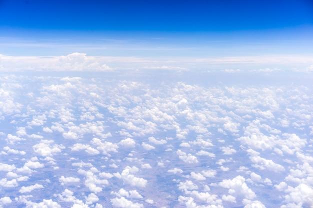 Himmel und wolken hintergrund. blick aus dem fenster in die ebene.