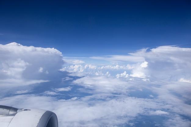 Himmel und wolken in der luft, gute höhe von der spitze des flugzeugs.