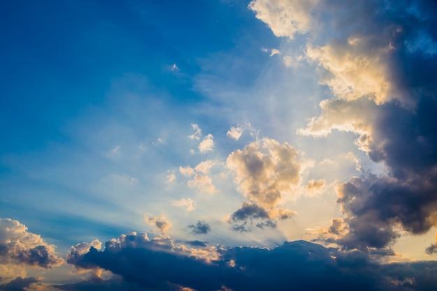 Himmel und wolken vor sonnenuntergang hintergrund