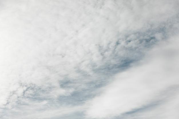 Himmel voller weißer wolken