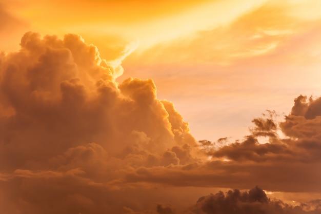 Himmel voller wolken bei sonnenuntergang