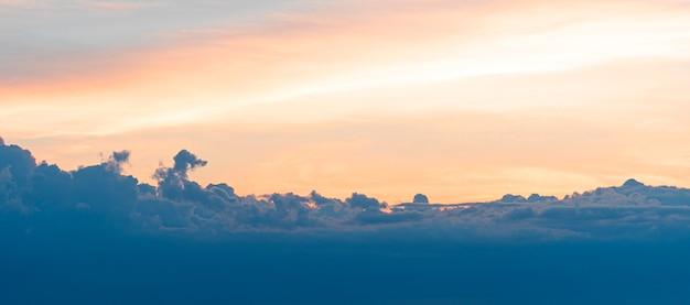 Himmel während des sonnenuntergangs mit dunklen wolken, naturhintergrund