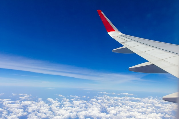 Himmelflügel und weiße wolken, die über phuket, thailand fliegen