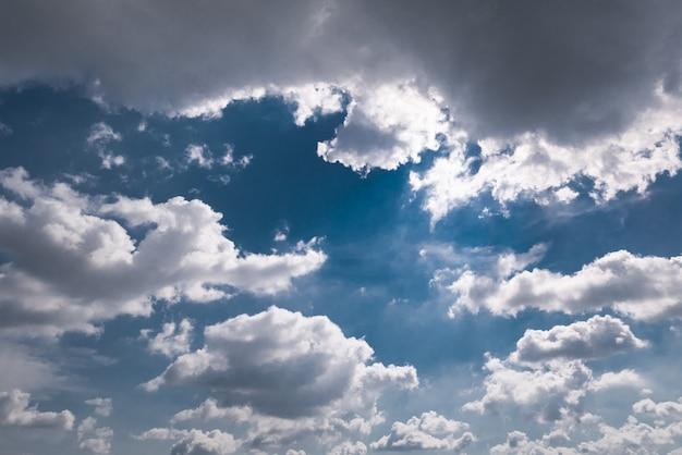 Himmelhintergrund mit weißen wolken