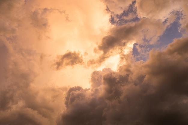 Himmelwolkengold mit blauem wunderbarem