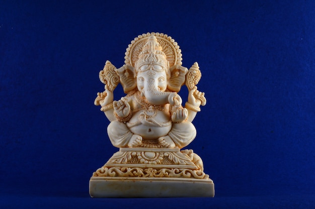 Hindu-gott ganesha. ganesha idol auf blauem hintergrund