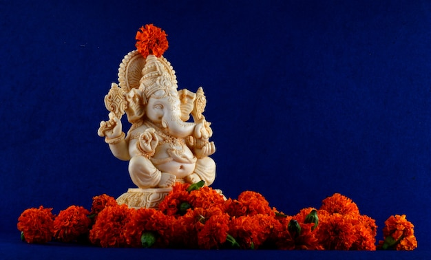 Hindu-gott ganesha. ganesha idol auf blauem raum.