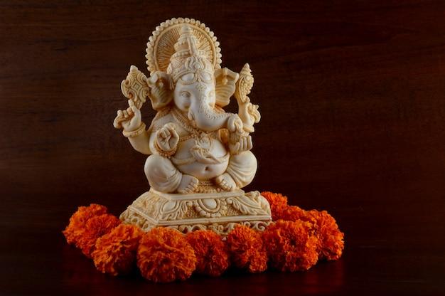 Hindu-gott ganesha. ganesha idol auf braunem hintergrund