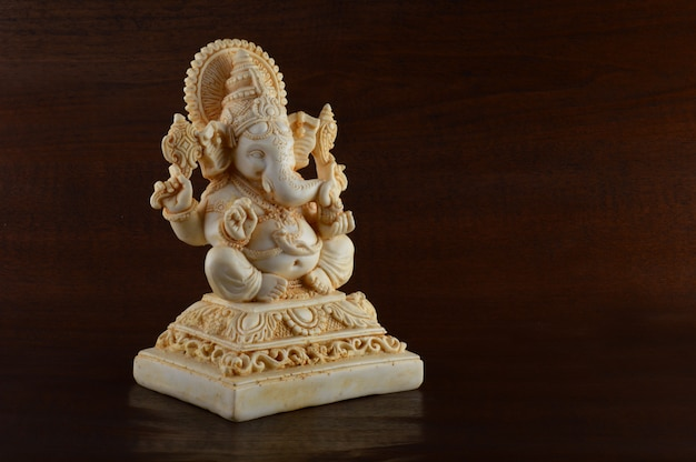 Hindu-gott ganesha. ganesha idol auf braunem raum