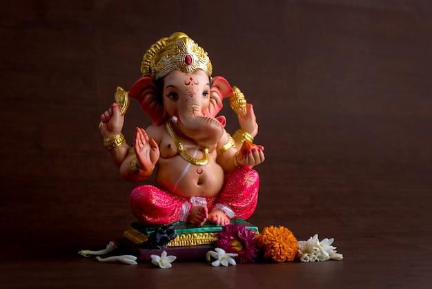 Hindu-gott ganesha. ganesha idol auf dunklem holzraum.