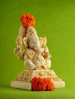 Hindu-gott ganesha. ganesha idol auf grünem hintergrund