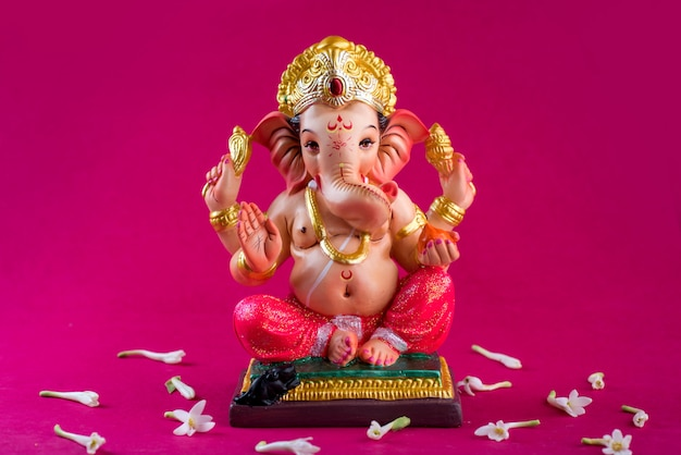 Hindu-gott ganesha. ganesha idol auf rosa tisch.