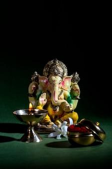 Hindu-gott ganesha. ganesha idol. eine bunte statue von ganesha idol