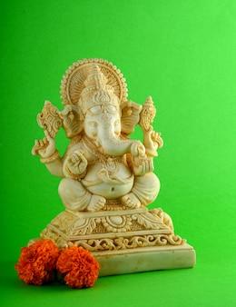 Hindu-gott ganesha idol auf grüner oberfläche