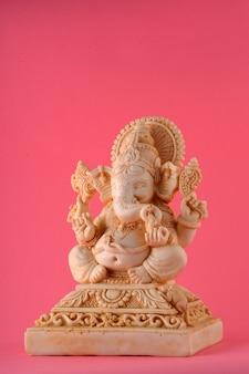 Hindu-gott ganesha idol auf rosa oberfläche