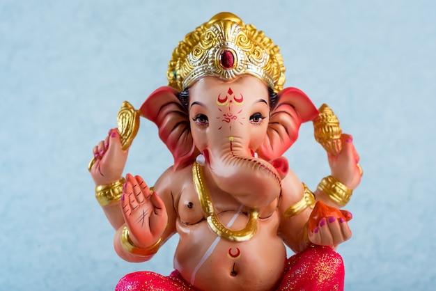 Hindugott ganesha. ganesha idol auf blau.