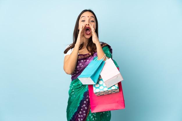 Hinduistische frau mit einkaufstüten