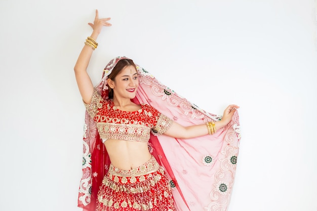 Hinduistische frau modell mehndi und kundan schmuck traditionelle indische tracht