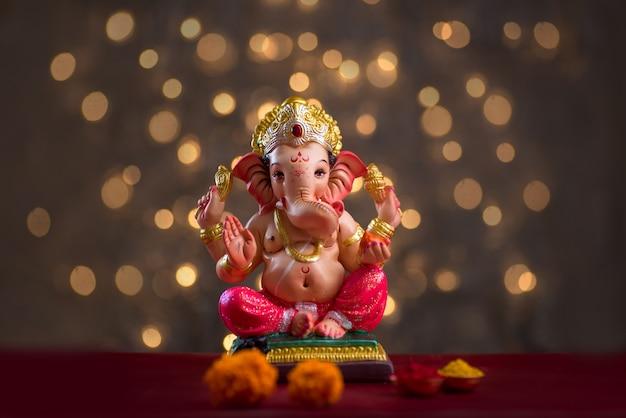 Hinduistischer gott ganesha auf blured bokhe, ganesha idol.