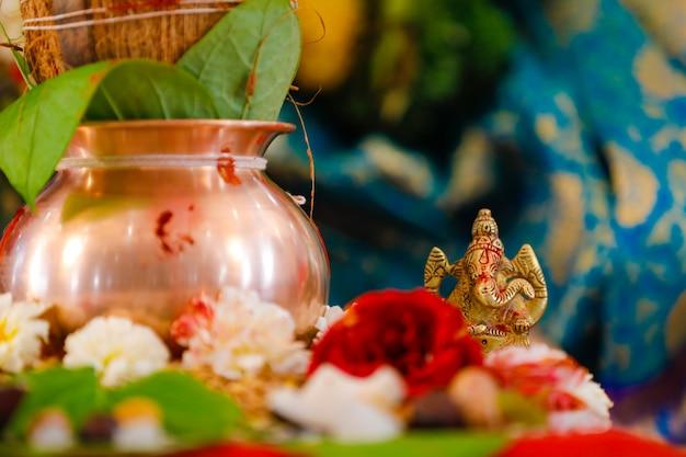 Hinduistischer topf mit blumen