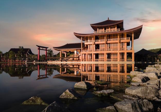 Hinoki land gebäude (bann mai hom hinoki) japanischer baustil in chiang mai thailand es ist eine neue touristenattraktion in chiang mai erstaunliches thailand.
