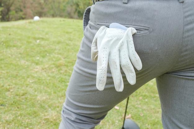Hinter dem golfspieler mit weißen handschuhen
