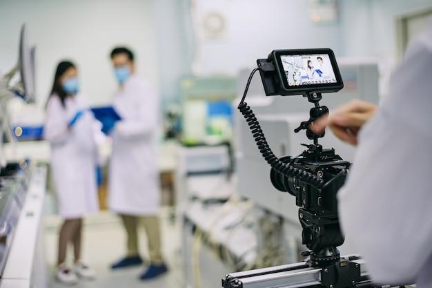 Hinter den dreharbeiten stehen videokameraausrüstungen, die tv-aufnahmen machen