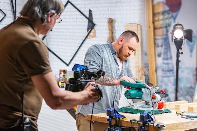 Hinter den kulissen der produktion für videoaufnahmen mit kameraausrüstung