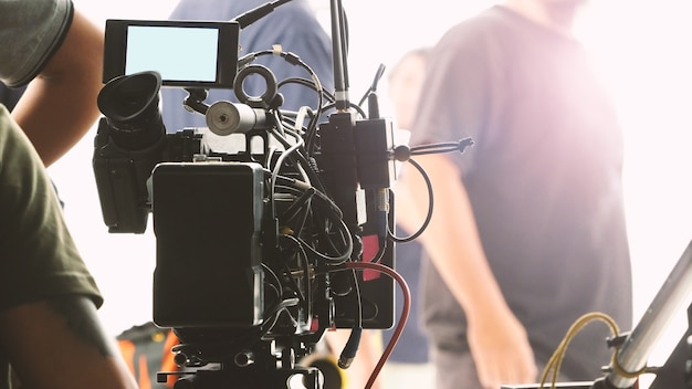 Hinter den kulissen der videoproduktion im großen studio mit professionellem equipment wie kamerastativ und kran.