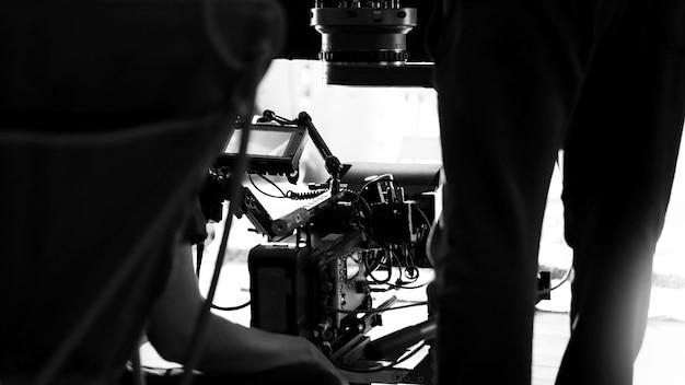 Hinter den kulissen der videoproduktion im studio, die mit profis einen online-film dreht
