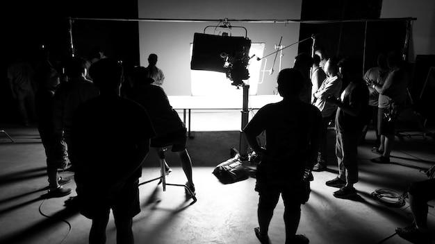 Hinter den kulissen des videoproduktions-shooting-studios in silhouette, die professionelle haben