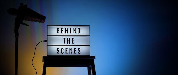 Hinter den kulissen letterboard-text auf einer lightbox oder einem kinoleuchtkasten. filmklappe megaphon