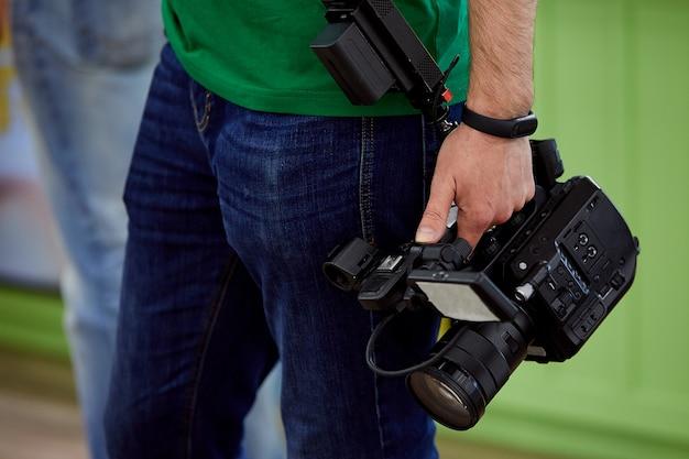 Hinter den kulissen von filmaufnahmen oder videoproduktionen arbeiten filmcrew-teams mit kameraausrüstung vor ort.